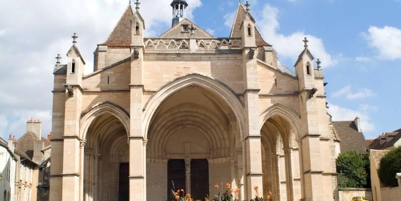 Vorderansicht der Stiftskirche Notre Dame ©Michel Joly